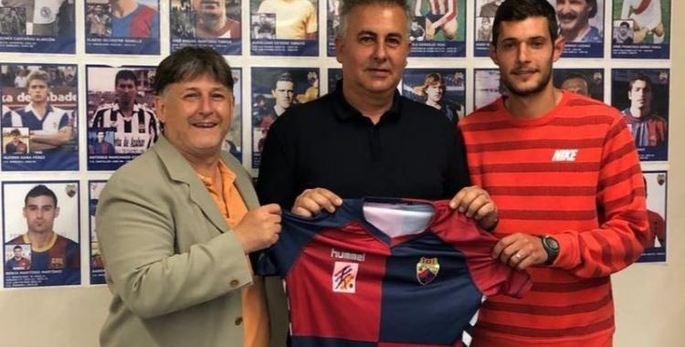 Juanjo Beltran (centre), amb el president del Mercantil, Jordi Grané (esquerre), i Carlos López (dreta), en una imatge d'arxiu | CE Mercantil