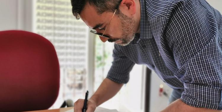 El portaveu republicà, Gabriel Fernández, signant el recurs de reposició   Cedida