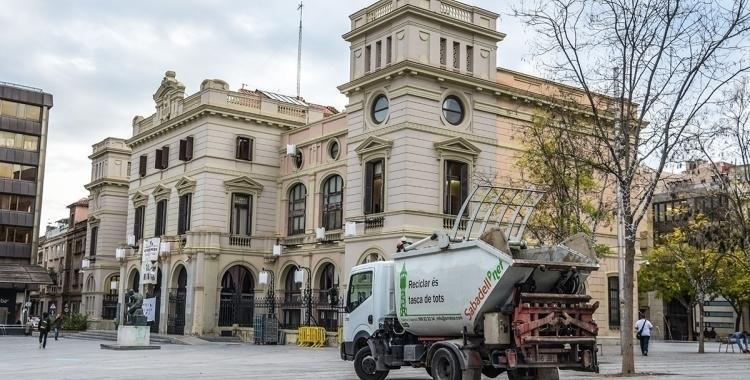 Un vehicle d'SMATSA a la plaça de l'Ajuntament | Roger Benet