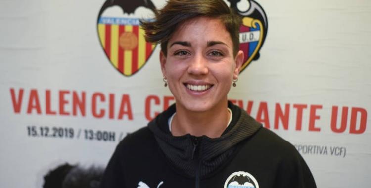 Carol Férez, davant dels escuts de l'equip que deixa, el Valencia, i del que la fitxa, el Levante | Eduardo Manzana