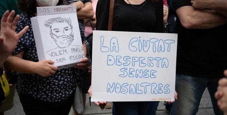 Imatge dels cartells que els marxants han mostrat en la concentració d'aquest matí   Roger Benet