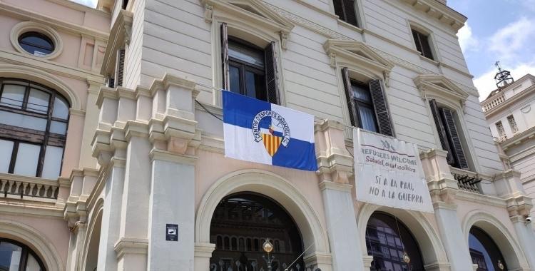 Imatge de la bandera del CE Sabadell a la façana de l'Ajuntament a Doctor Robert | Cedida