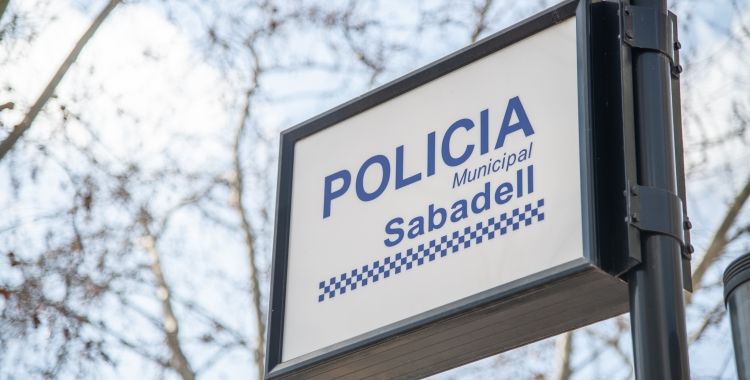 Imatge d'un cartell indicador de la Policia Municipal   Roger Benet
