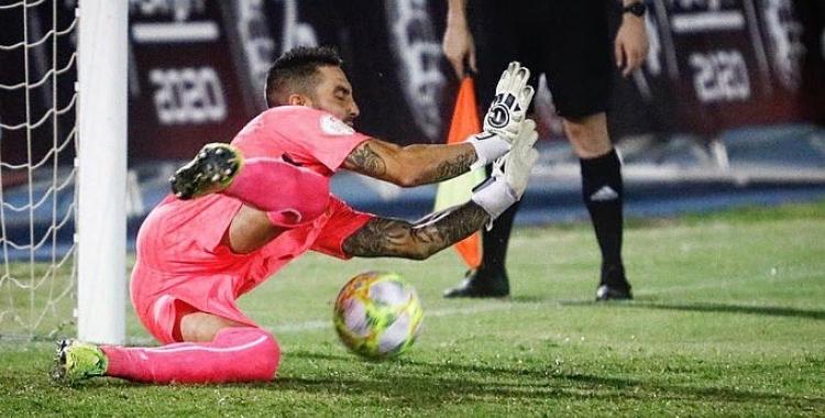 Moment que Ian Mackay atura el seu primer penal, a Antonio Martínez   CE Sabadell (cedida)