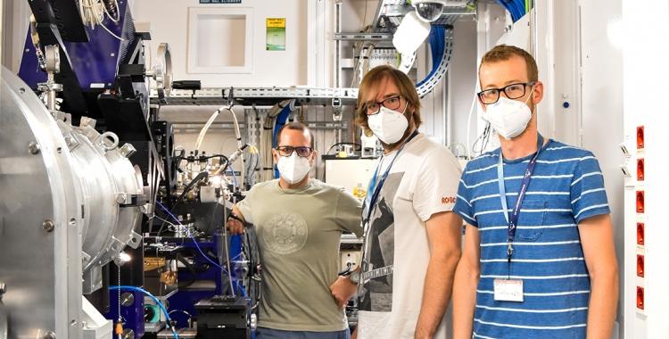 Juan Carlos Martínez, científic de la línia de llum NCD-SWEET del Sincrotró ALBA; Daniel Lucena i Juan Estévez, investigadors del grup d'agents estabilitzants de microtúbuls del Centre d'Investigacions Biològiques Margarita Salas (CIB-CSIC) en la línia de llum