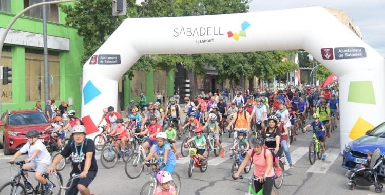 Imatge de la passejada en bicicleta i patins, un dels actes forts del dilluns de Festa Major | Arxiu