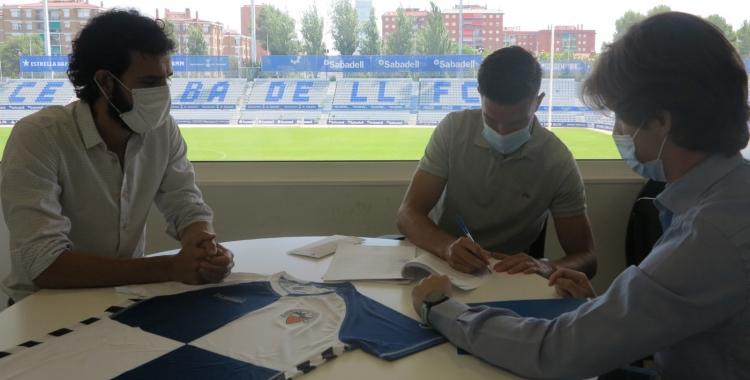 Adri Cuevas, signant el contracte de renovació amb el Sabadell | CE Sabadell