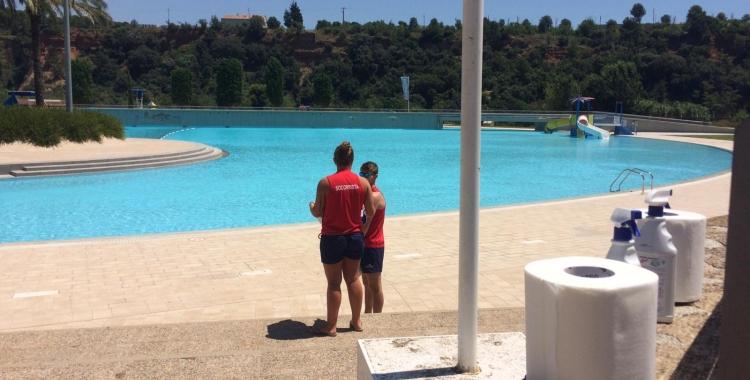 Imatge de dos socorristes a La Bassa | Helena Molist