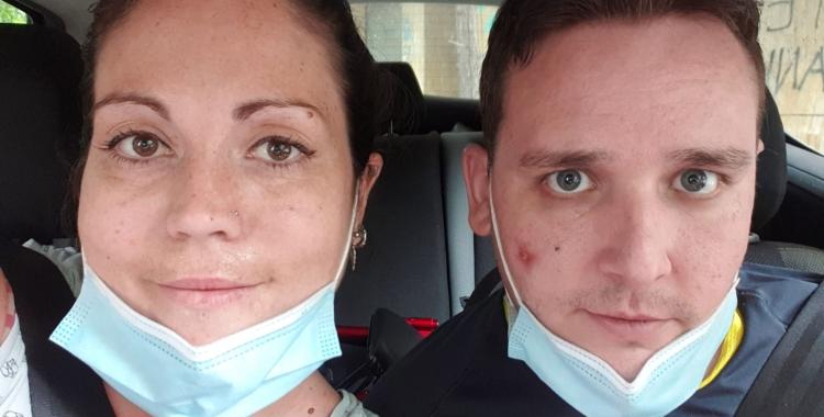 En Marc Gil amb la seva parella, la Núria, al cotxe després de 60 dies ingressat a l'UCI | Cedida