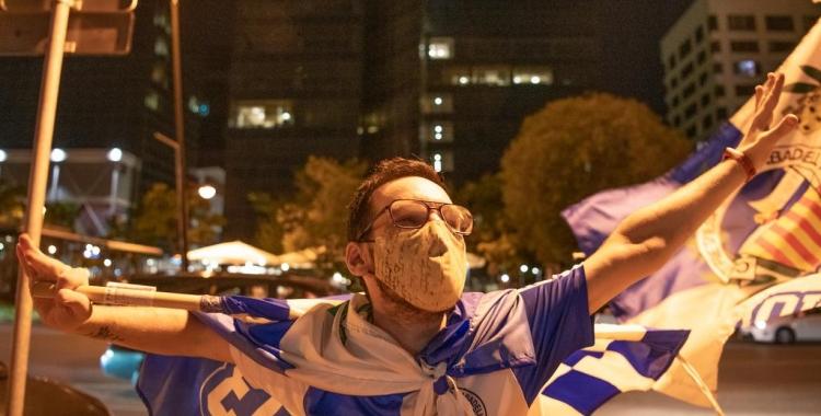 Un aficionat amb mascareta, com la gran majoria d'arlequinats que han sortit als carrers | Roger Benet