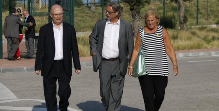 Els expresidents del Parlament Joan Rigol, ErnestBenachi Núria de Gispert, sortint de visitar Carme Forcadell | ACN
