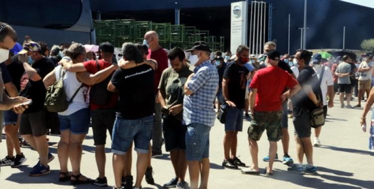 Un grup de treballadors a les portes de la plantada de Montcada | ACN