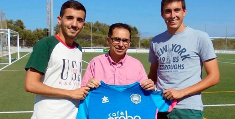 Marc Capó (dreta), mostrant la samarreta de l'Sporting de Mahón | Deportes Menorca