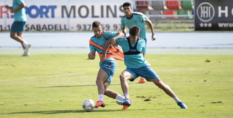 Guruzeta i Undabarrena lluitant per una pilota a l'entrenament d'avui a Sant Oleguer   Roger Benet