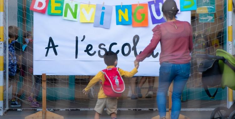 Nens a l'entrada de l'escola, aquest matí/ Roger Benet