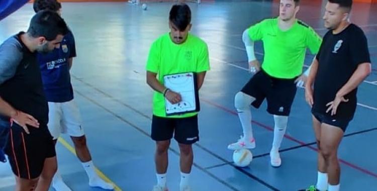 Darío Martínez donant indicacions als seus en un entrenament   Grups Arrahona