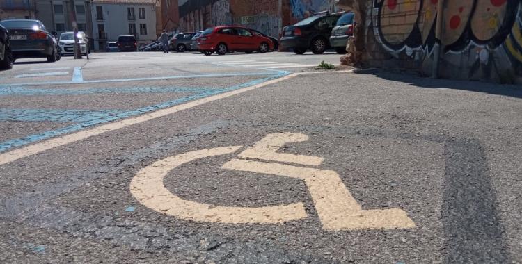 Aparcament per a persona amb mobilitat reduïda al centre   Helena Molist