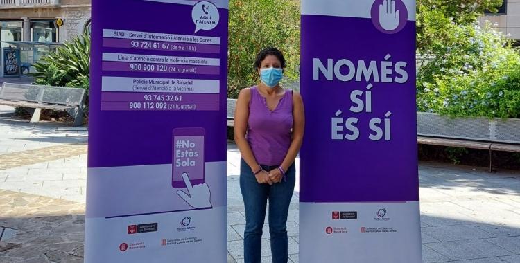 Marta Morell, amb la imatge de la campanya contra la violència masclista/ Karen Madrid