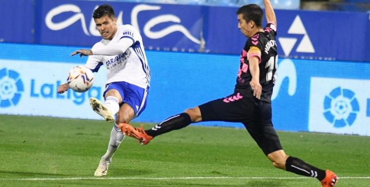 Pedro Capó intenta evitar un xut de Narváez | Real Zaragoza