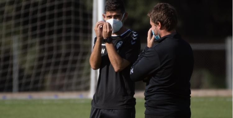 Antonio Hidalgo conversa amb Ignasi Salafranca en un entrenament | Roger Benet