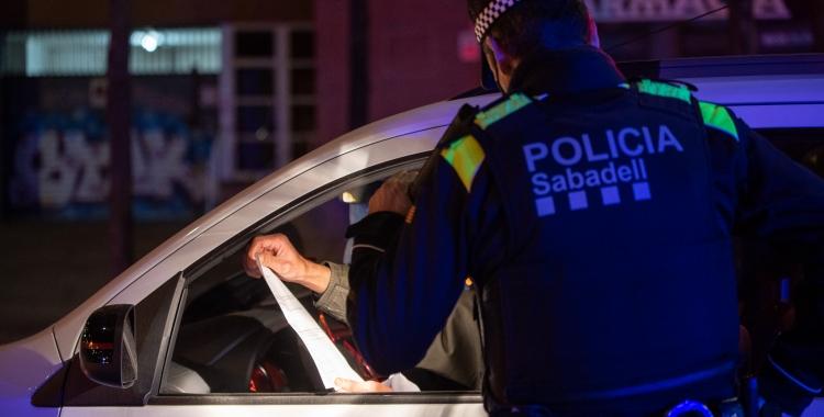Imatge d'un agent de la Policia Municipal informant el conductor d'un vehicle   Roger Benet