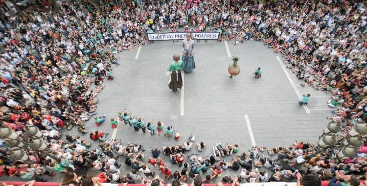 Els gegants ballant durant la Festa Major   Roger Benet