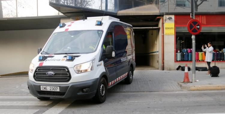 Un furgó dels Mossos d'Esquadra trasllada els detinguts per la violació múltiple de Sabadell fins als jutjats | ACN