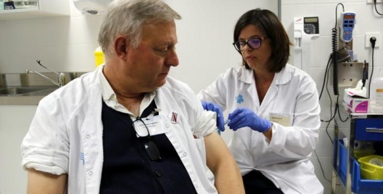 Un professional sanitari vacunant-se, en una imatge d'arxiu/ ACN