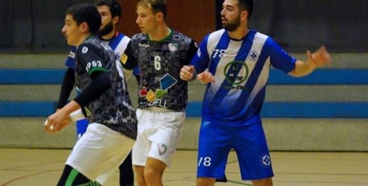 Sergi Laliga i Aniol Picola, en una acció del partit | Handbol Banyoles