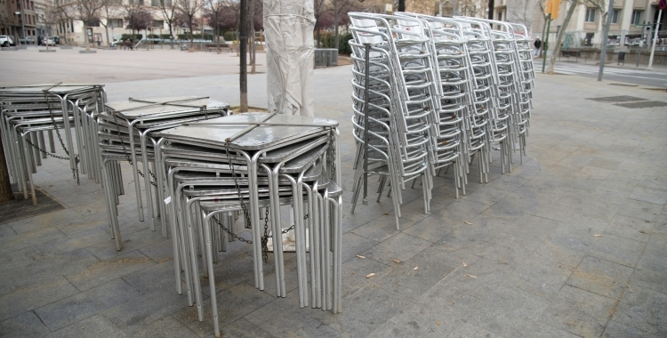 Imatge de taules i cadires de terrasses tancades | Roger Benet (Arxiu)