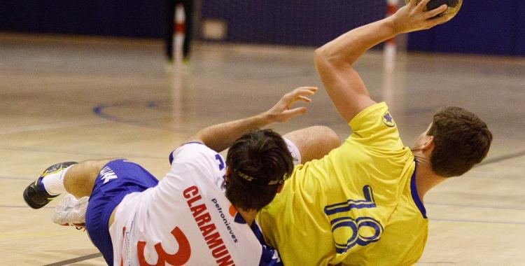 Jordi Pujolà, retenint la pilota en una acció del partit del Creu Alta   Jordi Vilas