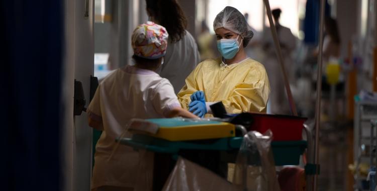 Dues sanitàries treballant a la zona Covid de l'Hospital Parc Taulí | Roger Benet