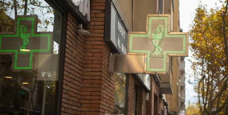 Cartell d'una farmàcia a La Creu Alta   Roger Benet