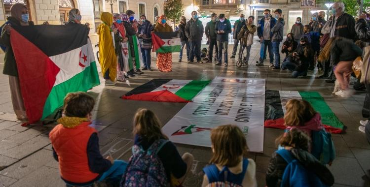 Foto de la conentració convocada a la plaça de Sant Roc | Roger Benet