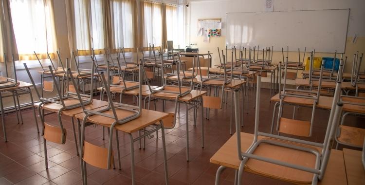 Taules i cadires d'una aula escolar | Roger Benet