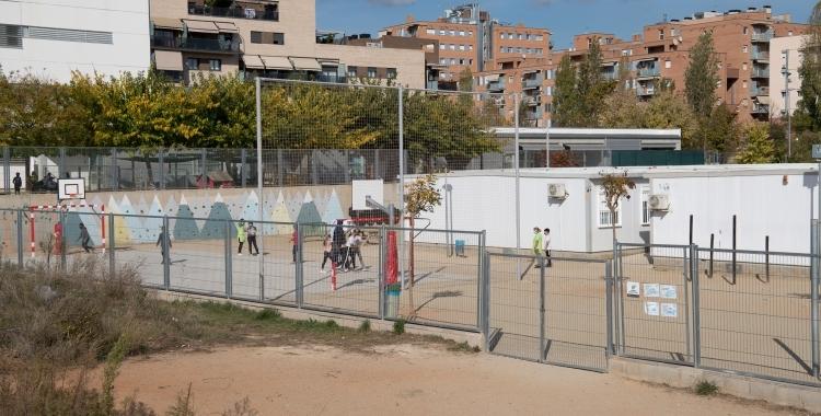 Nens jugant al pati de l'escola Virolet en una imatge d'arxiu/ Roger Benet