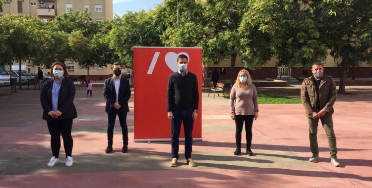 Pol Gibert al centre, acompanyat de membres del PSC i del diputat Paco Aranda| Ràdio Sabadell