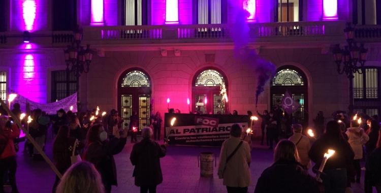 Unes 300 persones segueixen la marxa de torxes del Dia Internacional Contra la Violència Masclista | Ràdio Sabadell