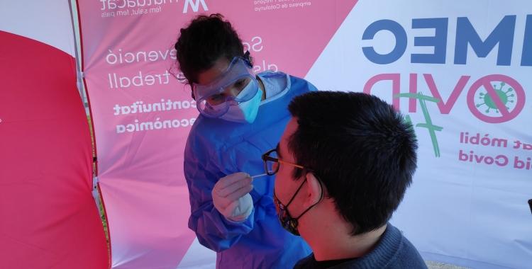 Una sanitària pren la mostra per realitzar el test a un treballador de Barcelona Moda Centre | Pau Duran