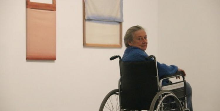 Fina Miralles, en una de les sales de l'exposició temporal que li dedica el Macba   ACN