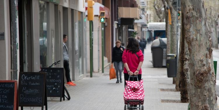 Una persona comprant per l'avinguda Onze de Setembre   Roger Benet