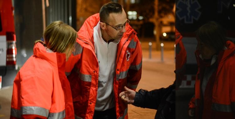 Voluntaris de Creu Roja parlen amb una persones sense llar al carrer   Roger Benet