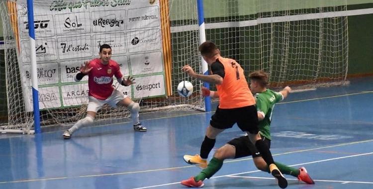 Jorge Tendero dispara a porta en el partit contra l'Olesa   Grups Arrahona