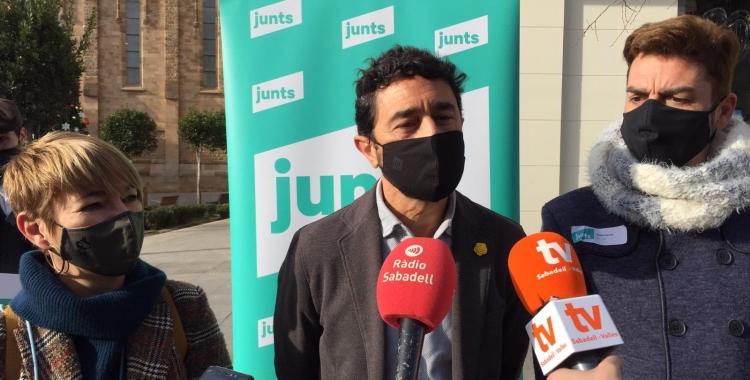 Els regidors de Junts Lourdes Ciuró I Quim Carné han acompanyat a Calvet durant la recollida de signatures | Ràdio Sabadell