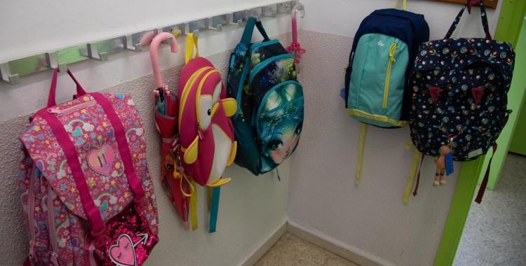 Imatge de les motxilles dels alumnes al penjador | Roger Benet