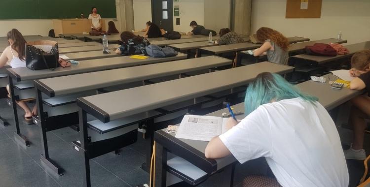 Alumnes fent exàmens en una aula de la UAB  Raquel García