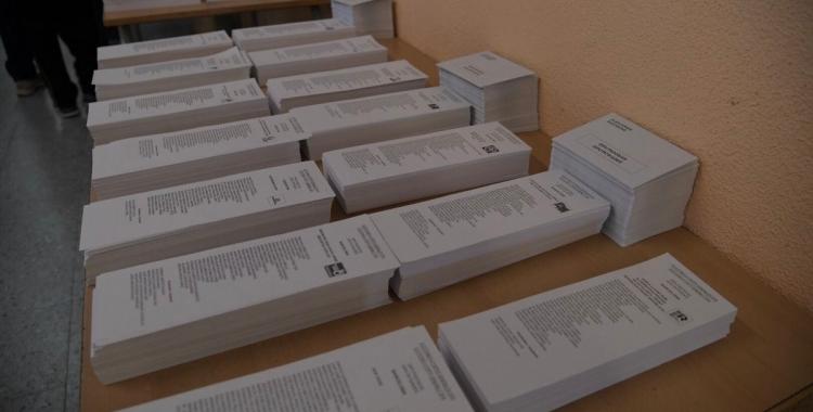 Paperetes en un punt de votació   Roger Benet (Arxiu)