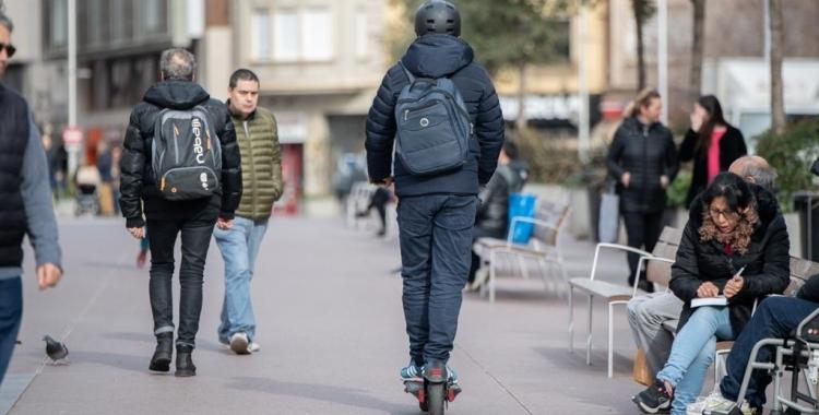 Un patinet elètric circulant pel Passeig | Roger Benet