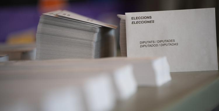 Paperetes en un col·legi electoral   Roger Benet