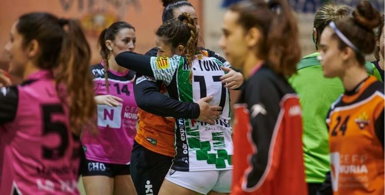 Marina Tomàs celebrant la victòria en l'últim partit jugat pel Gràcia Femení a casa | Èric Altimis - OAR